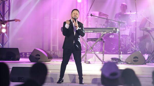 Певец Брендон Стоуна во время выступления на концерте на территории Sea Breeze Event Hall - Sputnik Азербайджан
