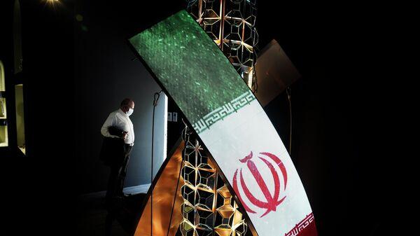 Мужчина стоит в незавершенной части павильона Ирана на выставке Expo 2020 в Дубае - Sputnik Азербайджан