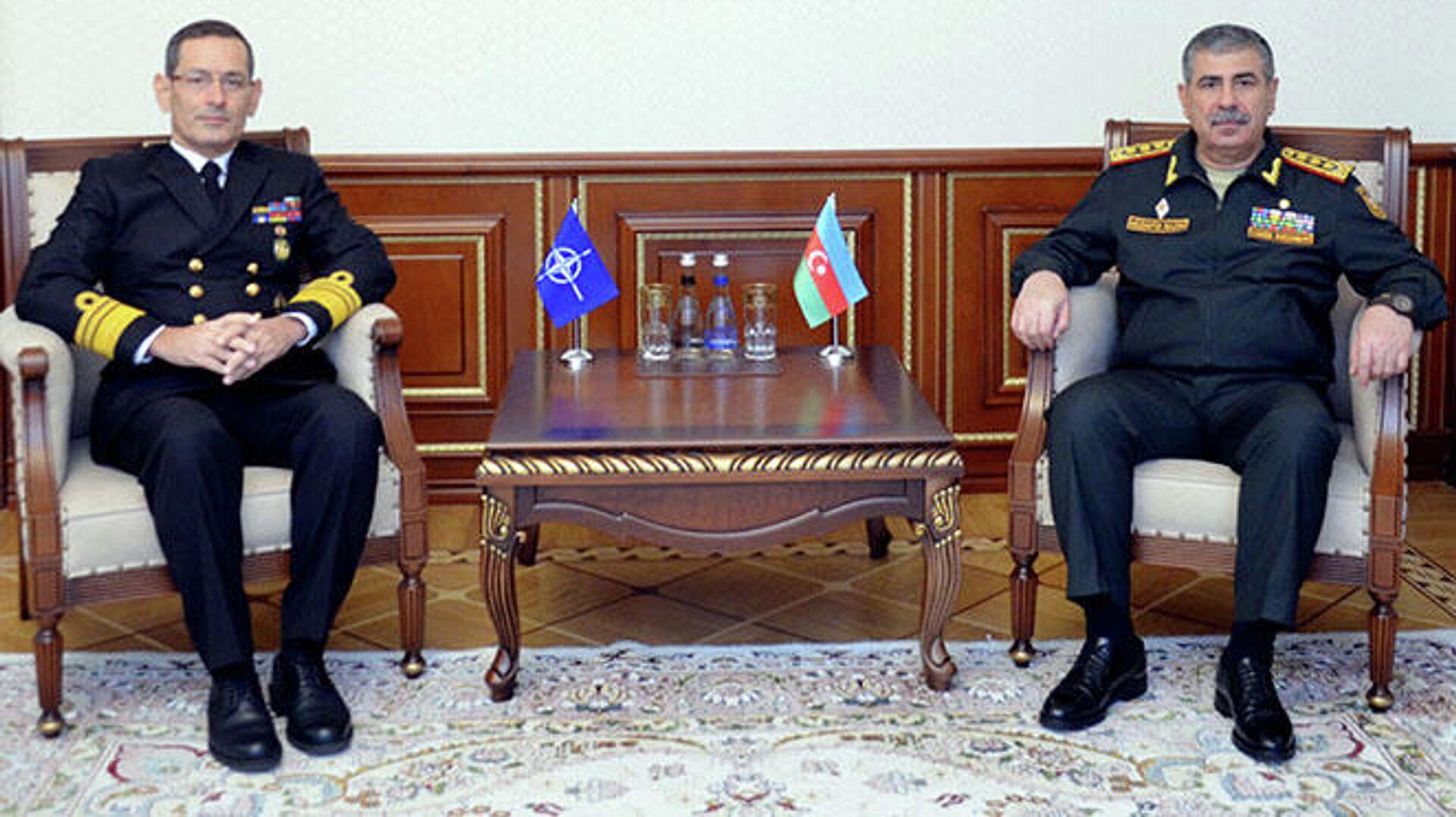 Министр обороны генерал-полковник Закир Гасанов встретился с Бюлентом Тураном - Sputnik Азербайджан, 1920, 12.10.2021