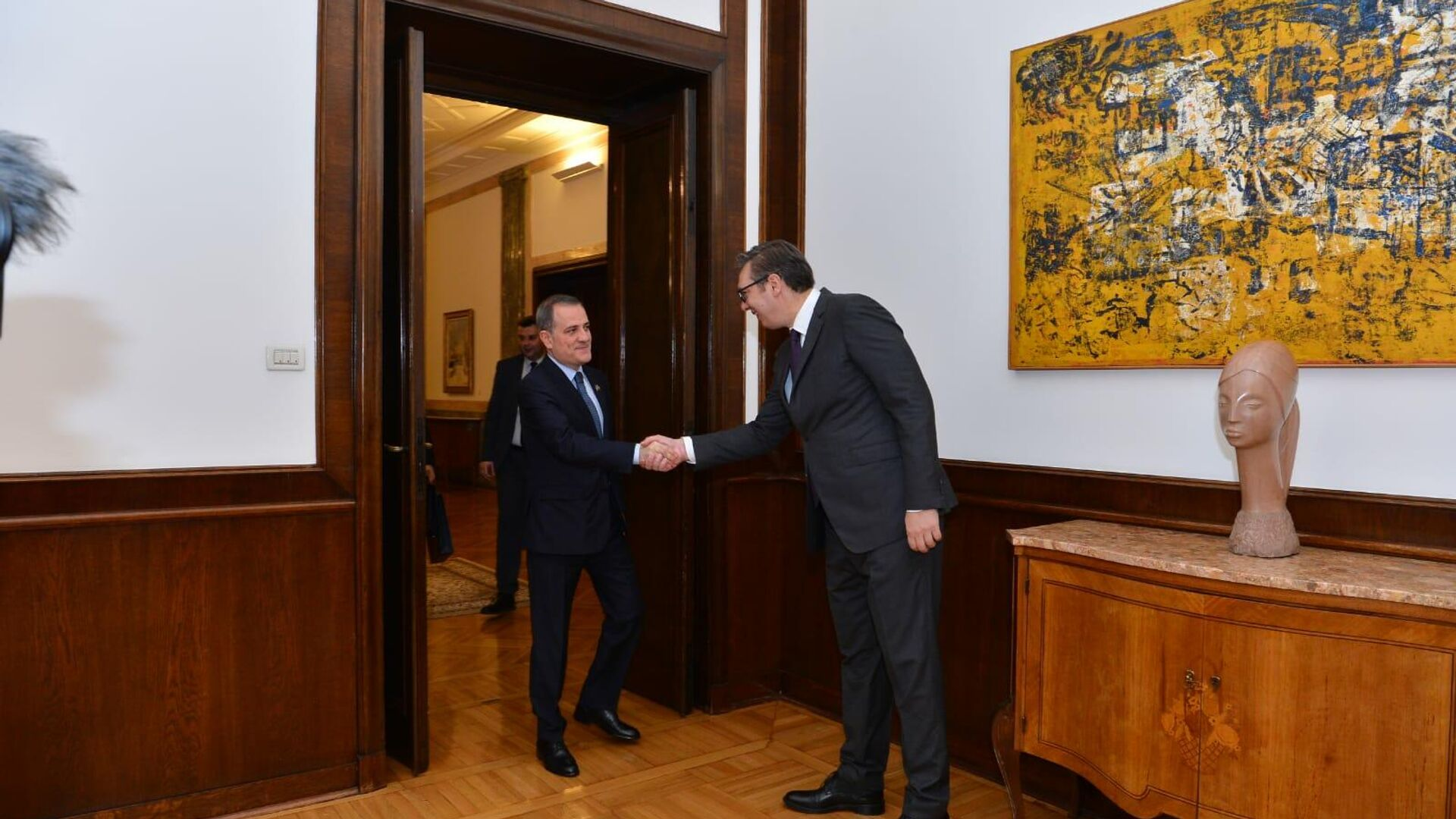 Министр иностранных дел Азербайджана Джейхун Байрамов с президентом Сербии Александром Вучичем - Sputnik Azərbaycan, 1920, 12.10.2021