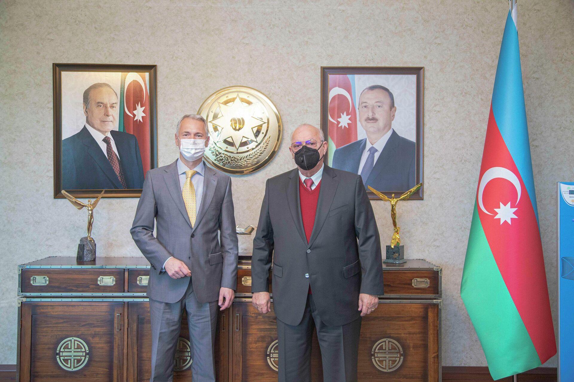Президент AZAL Джахангир Аскеров встретился с региональным директором по продажам в Восточной и Северной Европе Airbus Group Сергеем Недбайло - Sputnik Азербайджан, 1920, 13.10.2021