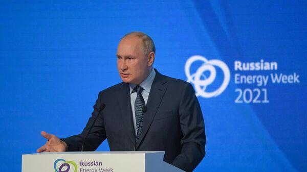 Президент РФ Владимир Путин выступает на пленарном заседании международного форума Российская энергетическая неделя в ЦВЗ Манеж - Sputnik Азербайджан