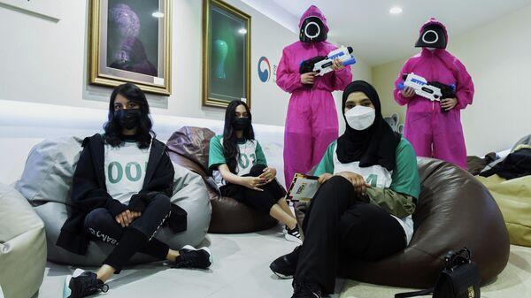 Участники «Игры в кальмара» в Корейском культурном центре в Абу-Даби, ОАЭ - Sputnik Азербайджан