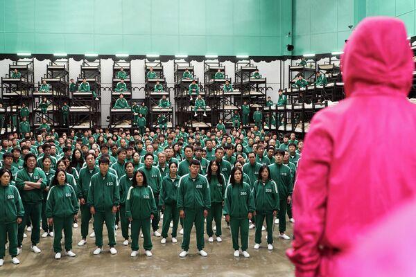 Основное действие картины разворачивается в гигантском секретном комплексе на безымянном острове, на который со всей Южной Кореи свозят сотни маргиналов всех сортов. - Sputnik Азербайджан