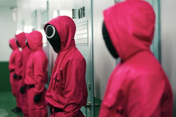 Герои сериала не по принуждению, а по желанию — борются за призовой фонд в 45,6 миллиарда вон (38 миллионов долларов) в смертельно опасных версиях детских игр. - Sputnik Азербайджан