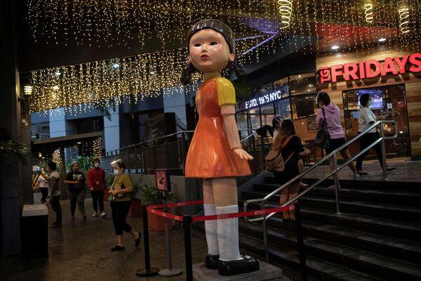 """Кукла высотой 3 метра из сериала Netflix """"Игра в кальмара"""" возле торгового центра в Кесон-Сити, Филиппины. - Sputnik Азербайджан"""
