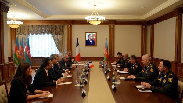 Министр обороны генерал-полковник Закир Гасанов встретился с делегацией во главе с президентом Французской национальной комиссии по противопехотным минам (CNEMA) Жераром Чеснеллом - Sputnik Азербайджан