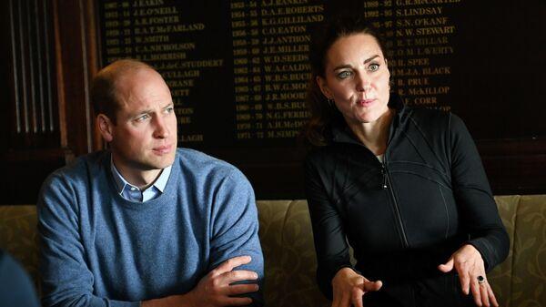 Британский принц Уильям и Кэтрин, герцогиня Кембриджская, посещают регби-клуб города Дерри в Лондондерри, Северная Ирландия - Sputnik Азербайджан