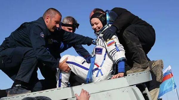 Член съемочной группы фильма Вызов актриса Юлия Пересильд после посадки спускаемого аппарата транспортного пилотируемого корабля Союз МС-18 - Sputnik Азербайджан