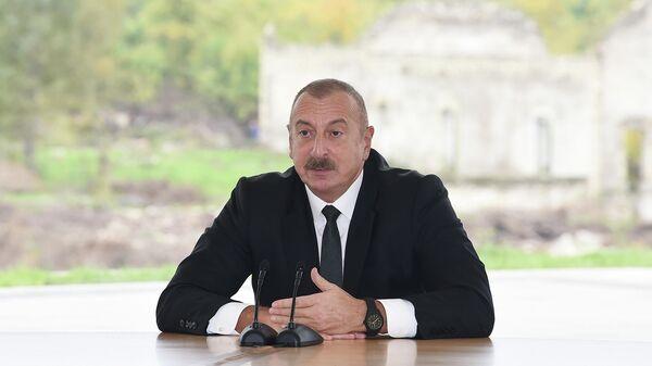 Президент Ильхам Алиев и Первая леди Мехрибан Алиева совершили поездку в Физулинский район - Sputnik Азербайджан