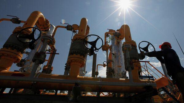 Рабочий у блока сепарационных установок на газораспределительной станции. - Sputnik Азербайджан