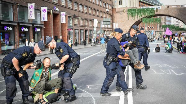Полиция задерживает участников экологической акции протеста в Швеции, фото из архива - Sputnik Азербайджан