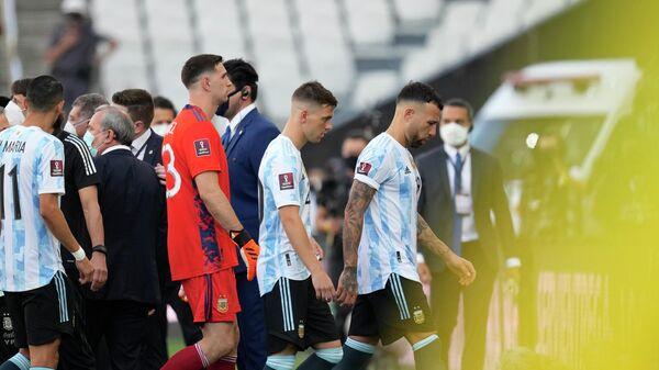 Футболисты уходят с поля после того, во время отборочного матча чемпионата мира по футболу ФИФА - Sputnik Азербайджан