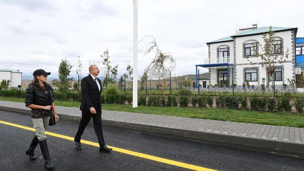 Президент Ильхам Алиев и первая леди Мехрибан Алиева совершили поездку в Зангиланский район - Sputnik Азербайджан