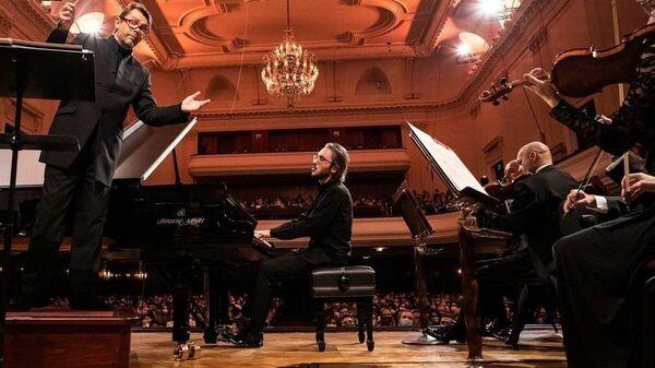 Александр Гаджиев во время выступления на концерте - Sputnik Азербайджан