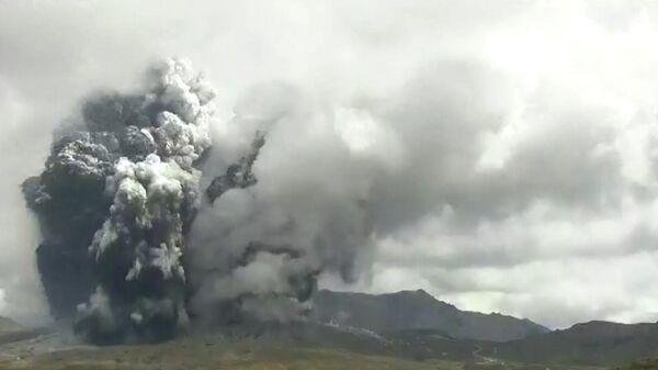 Кадры извержения самого крупного вулкана Японии - Sputnik Азербайджан
