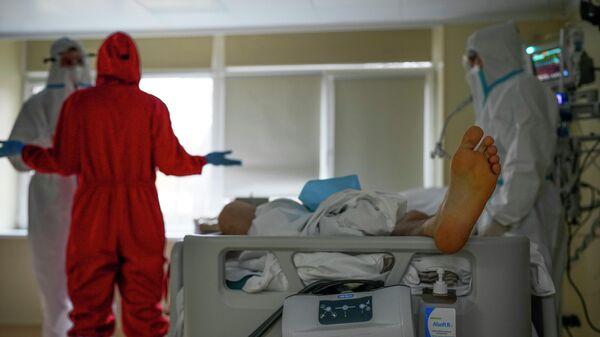 Медики, в отделении интенсивной терапии Московской городской клинической больницы в Москве, Россия - Sputnik Азербайджан