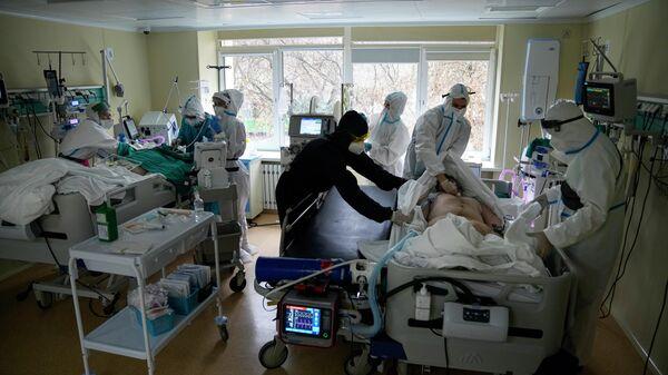 Медики в отделении интенсивной терапии Московской городской клинической больницы в Москве, Россия - Sputnik Azərbaycan