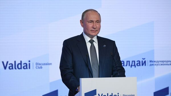 Президент РФ Владимир Путин выступает на пленарной сессии XVIII ежегодного заседания Международного дискуссионного клуба Валдай - Sputnik Азербайджан