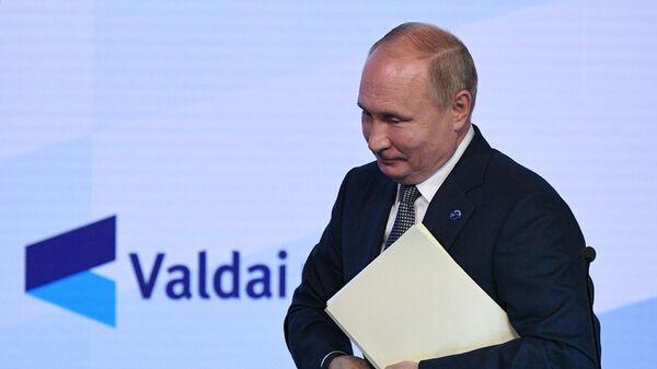Rusiya Prezidenti Vladimir Putin Valday diskussiya klubunun iclasında - Sputnik Azərbaycan
