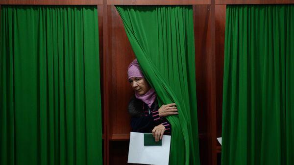 Женщина голосует на избирательном участке во время выборов президента Узбекистана, фото из архива - Sputnik Азербайджан