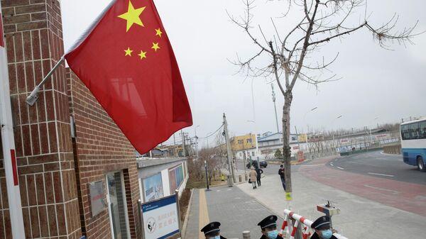 Охранники стоят возле китайского национального флага  - Sputnik Азербайджан