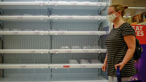 Люди возле пустых полок в супермаркете Лондона - Sputnik Азербайджан