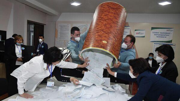 Члены избирательной комиссии вынимают бюллетени из ящика, готовясь пересчитать их на избирательном участке после президентских выборов в Ташкенте, Узбекистан - Sputnik Азербайджан