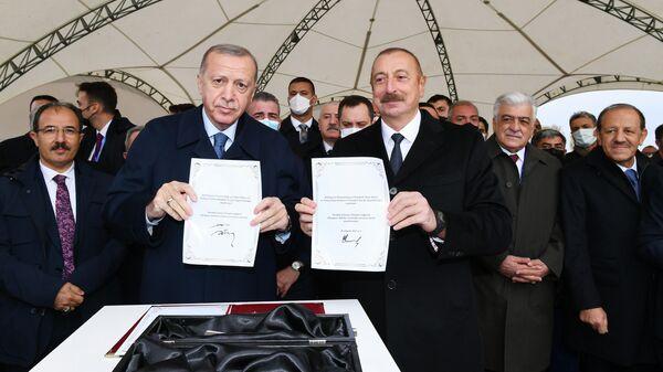 Президент Азербайджана Ильхам Алиев и президент Турции Реджеп Тайип Эрдоган заложили фундамент Зангезурского коридора - Sputnik Азербайджан