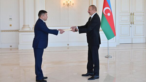 Президент Ильхам Алиев принял верительные грамоты новоназначенного посла Кыргызской Республики в Азербайджане - Sputnik Азербайджан