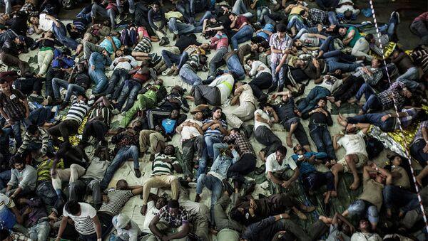 Нелегальные мигранты в тесноте и в плохих санитарно-гигиенические условиях отправляются в Европу - Sputnik Азербайджан