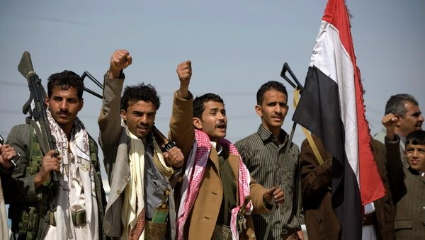 Houthi Shiite Yemenis raise their fists during clashes near the presidential palace in Sanaa, Yemen - Sputnik Azərbaycan