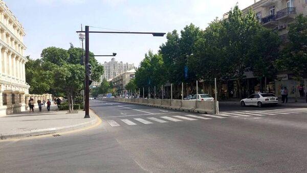 На дорогах Баку появились бетонные ограждения в связи с проведением индивидуальных велогонок. - Sputnik Азербайджан