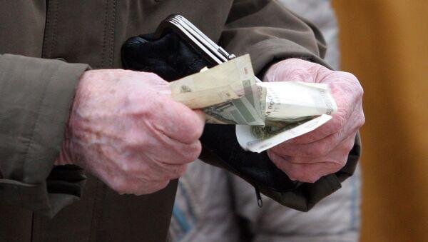 Деньги в руках пожилого человека, фото из архива - Sputnik Азербайджан