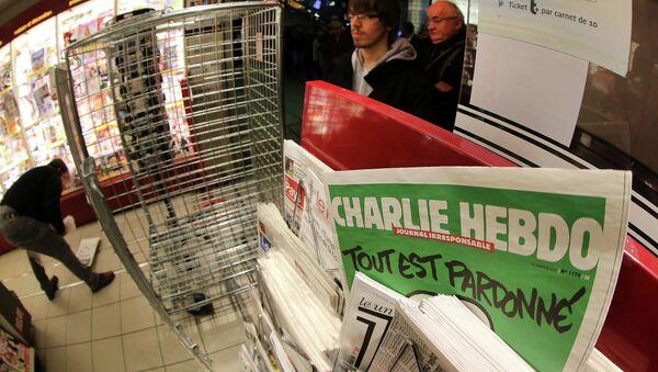 the latest issue of Charlie Hebdo newspaper at a newsstand - Sputnik Азербайджан