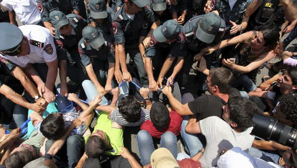Protesters against a hike in electricity prices scuffle with policemen in Yerevan, Armenia, July 6, 2015. - Sputnik Azərbaycan