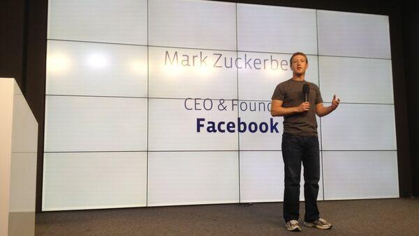 Глава Facebook Марк Цукерберг выступает на открытии конференции для разработчиков в Москве - Sputnik Azərbaycan