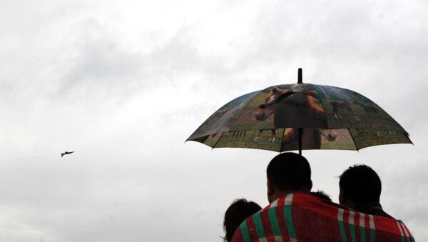 Люди под зонтом, архивное фото - Sputnik Азербайджан
