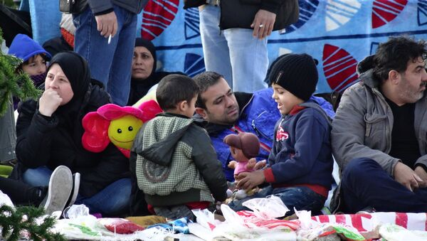 Сирийские беженцы проводят массовую голодовку возле парламента Греции - Sputnik Азербайджан