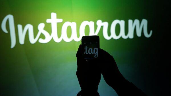 Журналист снимает на видео логотип Instagram - Sputnik Азербайджан
