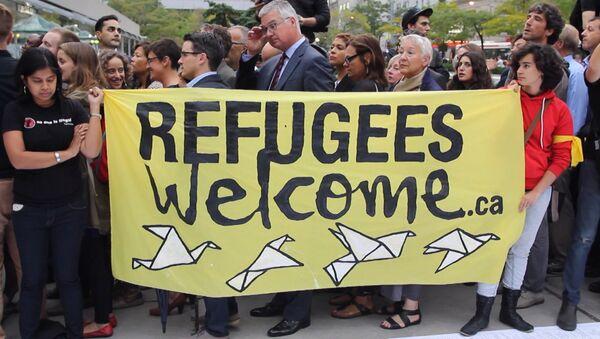 Добро пожаловать, беженцы – сотни канадцев митинговали в защиту мигрантов - Sputnik Azərbaycan