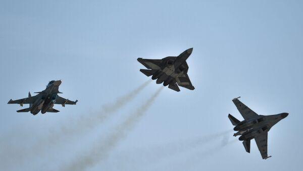 Самолеты Су-34, Т-50 и Су-35 С во время открытия Международного авиационно-космического салона МАКС-2015 в подмосковном Жуковском - Sputnik Azərbaycan