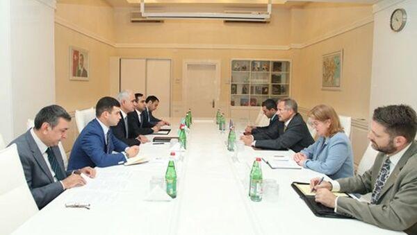 Встреча министра экономики и промышленности Азербайджана Шаина Мустафаева с послом США в Баку Робертом Секутой. - Sputnik Азербайджан