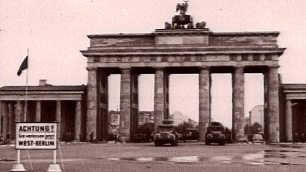 Снова вместе: падение Берлинской стены и воссоединение Германии. Архив - Sputnik Азербайджан