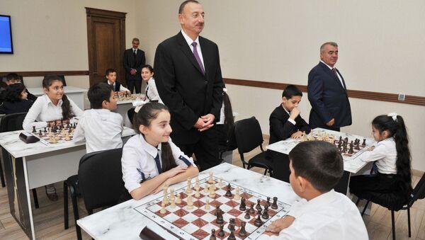 Президент Азербайджана Ильхам Алиев на открытии шахматной школы в Гейчайском районе. - Sputnik Азербайджан