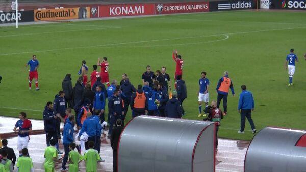 Футболисты Азербайджана аплодировали болельщикам после матча с Италией - Sputnik Азербайджан