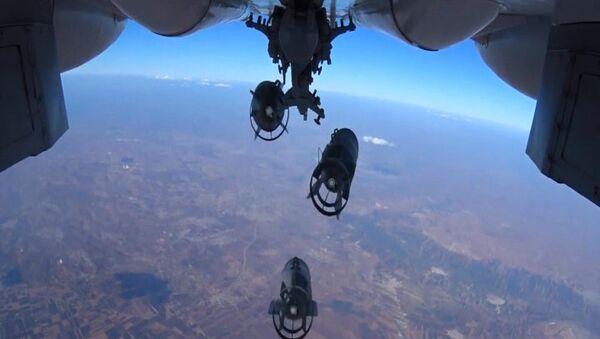 Нанесение точечных авиаударов ВКС России по укрытиям с бронетехникой и складам ГСМ - Sputnik Азербайджан