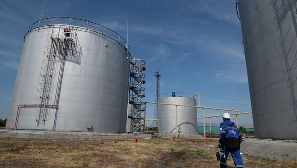 Контроль качества нефтепродуктов компании Газпром нефть - Sputnik Азербайджан