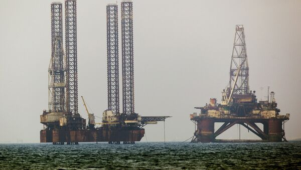 Нефтяные платформы в Каспийском море - Sputnik Азербайджан