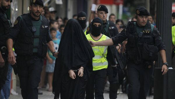 Spanish police arrest an 18-year-old Moroccan woman suspected of recruiting other women via the Internet to the jihadist group Islamic State (IS), in Gandia on September 5, 2015. - Sputnik Азербайджан